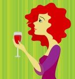 Mujer pelirroja hermosa con un vidrio de vino Fotografía de archivo