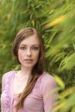Mujer pelirroja joven atractiva en naturaleza foto de archivo libre de regalías