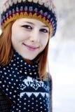 Mujer pelirroja joven hermosa en parque del invierno Fotos de archivo
