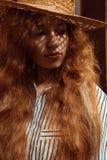 Mujer pelirroja joven sensual en sombrero de paja con la sombra en su f Foto de archivo libre de regalías