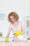 Mujer pelirroja magnífica que limpia a una tarjeta de corte Imagenes de archivo