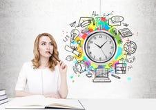 Mujer pelirroja pensativa, gestión de tiempo imagenes de archivo