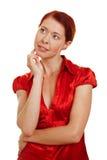 Mujer pelirroja que piensa pensivly Fotos de archivo
