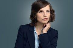 Mujer pensativa atractiva que mira fijamente en espacio Fotografía de archivo libre de regalías