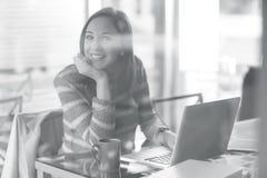 Mujer pensativa con el ordenador portátil Foto de archivo libre de regalías