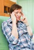 Mujer pensativa con la cara triste Fotografía de archivo