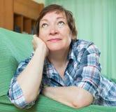 Mujer pensativa con la cara triste Fotos de archivo libres de regalías