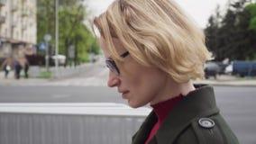 Mujer pensativa con la cara triste que camina en la calle urbana metrajes