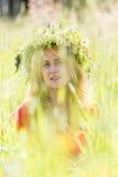 Mujer pensativa con la guirnalda Imágenes de archivo libres de regalías