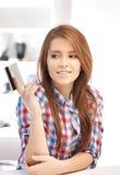 Mujer pensativa con la tarjeta de crédito Foto de archivo