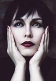 Mujer pensativa con los labios rojos Fotos de archivo libres de regalías