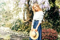 Mujer pensativa con un sombrero en sus manos foto de archivo