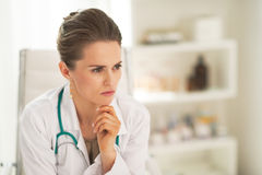 Mujer pensativa del doctor en oficina fotos de archivo