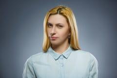 Mujer pensativa del primer aislada en Gray Background Fotografía de archivo libre de regalías