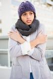 Mujer pensativa en abrigo de invierno que tiembla Foto de archivo
