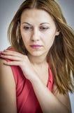 Mujer pensativa en alineada roja. Fotografía de archivo libre de regalías