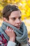 Mujer pensativa en bufanda caliente del invierno imagen de archivo libre de regalías
