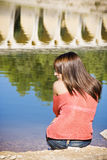 Mujer pensativa en orilla del lago Fotografía de archivo