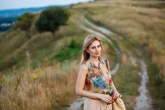 Mujer pensativa hermosa joven en blusa tropical con travieso fotografía de archivo libre de regalías