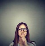 Mujer pensativa hermosa que mira para arriba imagen de archivo libre de regalías
