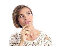 Mujer pensativa hermosa que piensa y que mira el lado Imagenes de archivo
