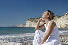 Mujer pensativa, joven en escena costera. Fotos de archivo