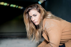 mujer pensativa joven en la calle Foto de archivo
