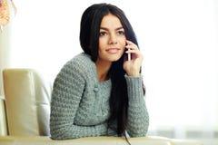 Mujer pensativa joven que habla en el teléfono fotos de archivo libres de regalías