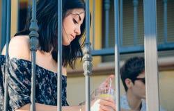 Mujer pensativa joven que se sienta al aire libre en hogar Fotografía de archivo