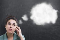 Mujer pensativa, nube del pensamiento imágenes de archivo libres de regalías