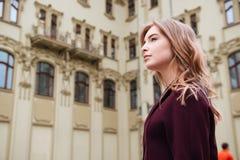 Mujer pensativa que camina en la ciudad Foto de archivo libre de regalías