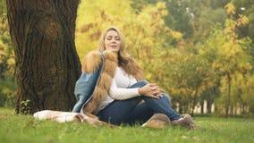 Mujer pensativa que disfruta del tiempo hermoso en el otoño Central Park, hojas amarillas almacen de video