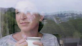Mujer pensativa que goza de un café metrajes