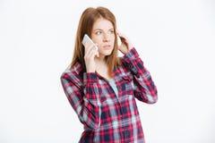 Mujer pensativa que habla en el teléfono Fotografía de archivo libre de regalías