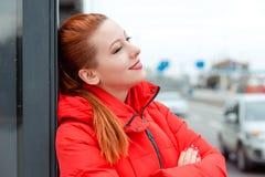 Mujer pensativa que mira a la sonrisa del lado fotografía de archivo