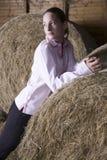 Mujer pensativa que se relaja en granero Imagen de archivo libre de regalías