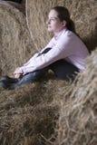 Mujer pensativa que se relaja en granero Fotografía de archivo libre de regalías