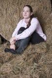 Mujer pensativa que se relaja en granero Foto de archivo libre de regalías