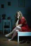 Mujer pensativa que se sienta en cama Fotos de archivo libres de regalías