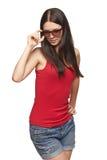 Mujer pensativa que sostiene su borde de las gafas de sol Fotos de archivo