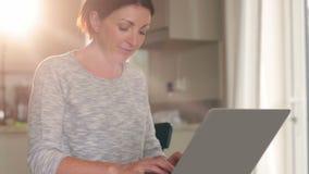 Mujer pensativa que usa su ordenador portátil almacen de metraje de vídeo