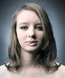 Mujer pensativa seria que muestra la lengüeta Fotos de archivo libres de regalías