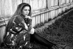 Mujer pensativa sola triste al aire libre fotos de archivo
