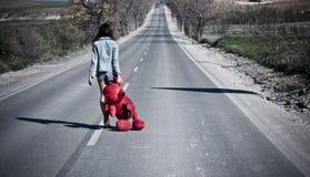 Mujer perdida joven en el camino. Imagen de archivo