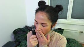 Mujer perezosa con el cepillo en sitio sucio almacen de video