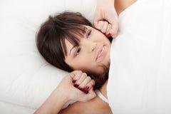 Mujer perezosa en cama Imagenes de archivo