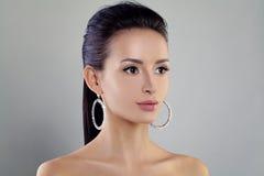 Mujer perfecta con maquillaje y pendientes de los cristales Fotografía de archivo