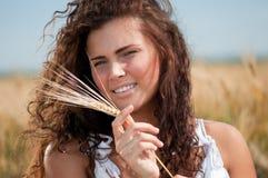 Mujer perfecta en campo de trigo el día de verano Foto de archivo