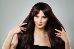 Mujer perfecta que toca su pelo sano largo de Brown Fotografía de archivo libre de regalías