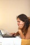 Mujer peruana con la computadora portátil Imágenes de archivo libres de regalías